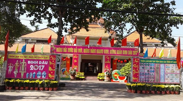 Cảnh quan hoạt động mừng Đảng mừng xuân Đinh Dậu 2017 tại cổng vào Bảo tàng